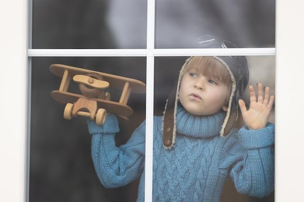 Ein kind, das mit weinleseholzflugzeuginnen spielt. Premium Fotos