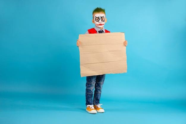 Ein kind hält einen leeren protestkarton mit freiem seitenraum. soziale probleme.