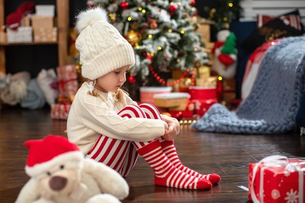 Ein kind in einer geschlossenen position lehnt spiele und geschenke ab.
