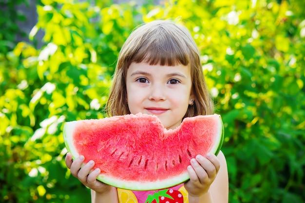 Ein kind isst wassermelone. selektiver fokus essen