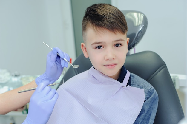 Ein kind junge mit einem zahnarzt in einer zahnarztpraxis