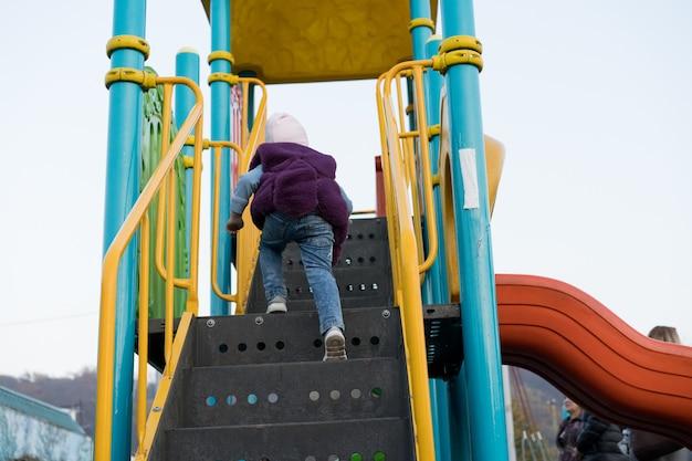 Ein kind klettert eine vergnügungsfahrt