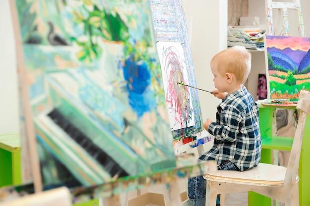 Ein kind malt ein bild im kunstunterricht