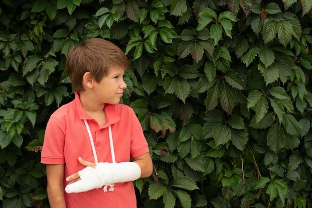 Ein kind mit einem pflaster an der hand. speicherplatz kopieren.