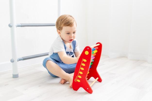 Ein kind mit rechnungen zu hause, ein süßer junge, der auf rechnungen spielt oder zählt or