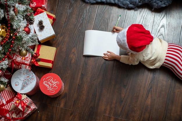 Ein kind schreibt einen brief an den weihnachtsmann
