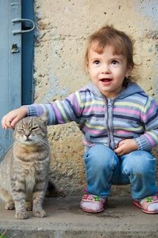 Ein kind und eine katze. selektiver fokus