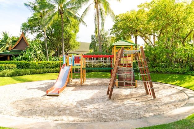 Ein kinderspielplatz, ein schieber im sand.
