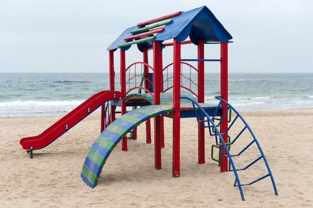 Ein kinderspielplatz für aktive spiele am strand. bunter leerer spielplatz in einem park nahe dem meer. verbesserung des öffentlichen raums.