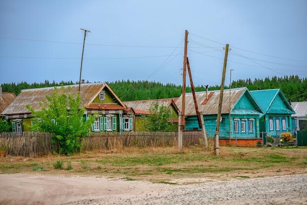 Ein klassisches russisches dorf mit holzhäusern