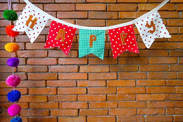 Ein kleiderbügel auf einer backsteinmauer