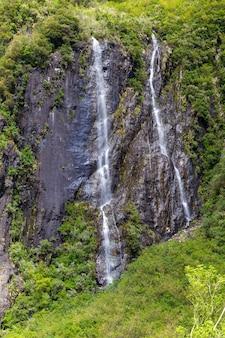 Ein kleiner doppelter wasserfall in neuseeland