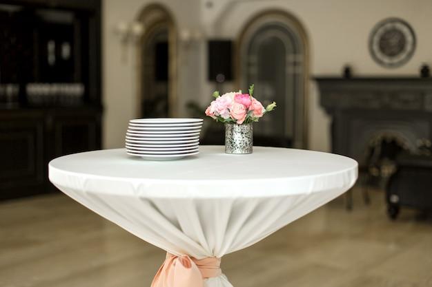 Ein kleiner hilfstisch im restaurant, auf dem sich leere gläser und teller befinden