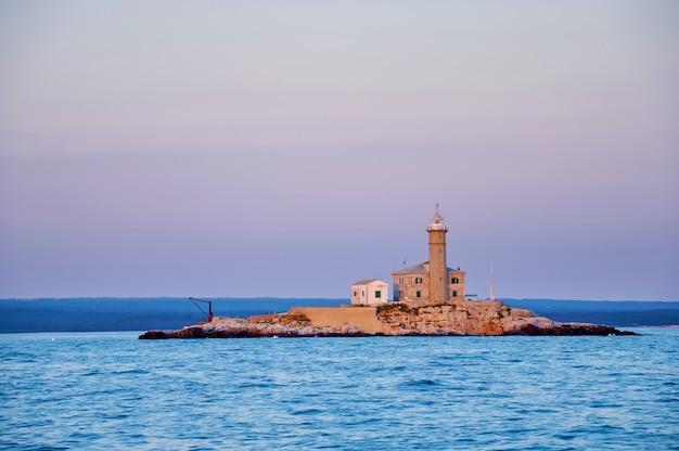 Ein kleiner isolierter leuchtturm auf einer steininsel in der adria. montenegro, europa.
