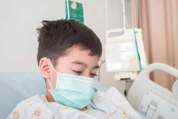 Ein kleiner junge, der an influenza erkrankt ist, muss mit kochsalzlösung intravenös ins krankenhaus eingeliefert werden