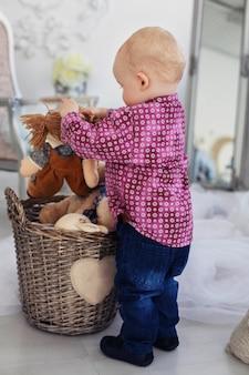 Ein kleiner junge spielt im kindergarten.