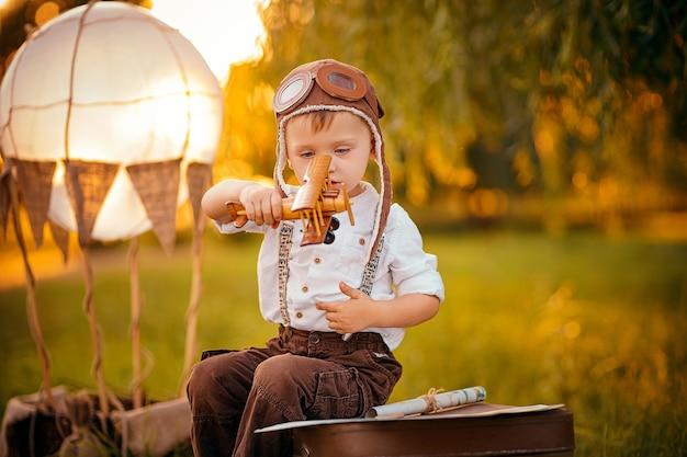 Ein kleiner junge träumt davon, pilot zu werden