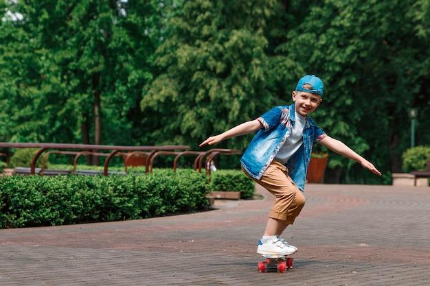 Ein kleiner stadtjunge andskateboard. ein junger mann fährt auf einem parka-skateboard