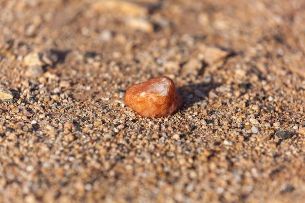 Ein kleiner stein. kleiner stein mit erbsenähnlichen trillern.