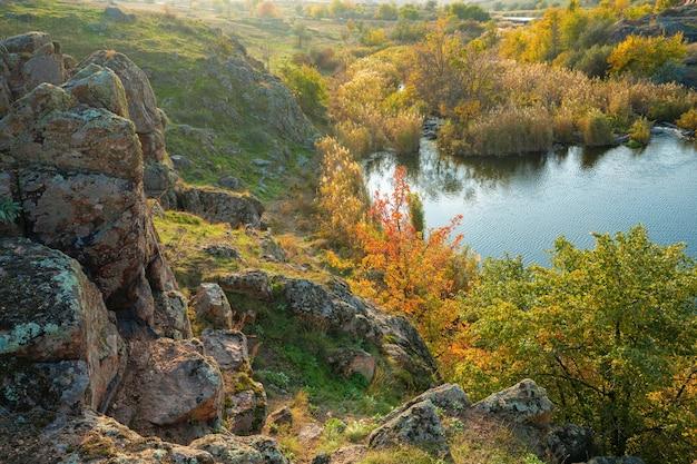 Ein kleiner steinhaufen in einem grün-gelben feld vor dem hintergrund des himmels in der schönen ukraine