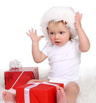 Ein kleines funy kind auf weiß