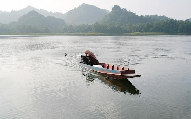 Ein kleines hölzernes boot im see, thailand