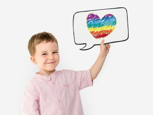 Ein kleines kind, das papiersymbol trägt