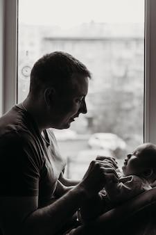 Ein kleines kind, ein neugeborenes in den armen des papstes, ein porträt eines kindes, kindheit und familie, kinderhände