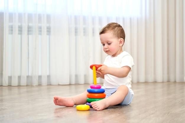 Ein kleines kind mit blauen augen spielt im spielzimmer.