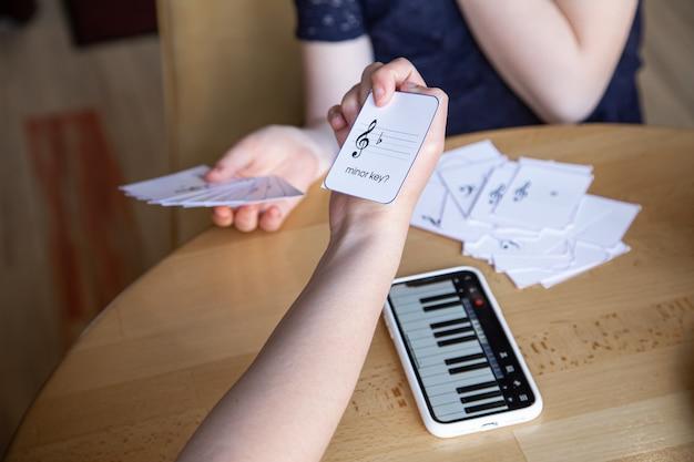Ein kleines mädchen lernt spielerisch noten mit hilfe spezieller musikkarten