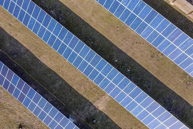 Ein kleines privates solarkraftwerk im hinterhof, das für nichtflüchtigkeit sorgt. es reduziert schädliche emissionen. private nutzung erneuerbarer energien.