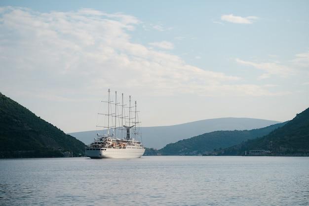 Ein kleines segelschiff in der bucht von kotor in montenegro fünf segelmasten