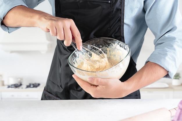 Ein koch mit eiern auf einer rustikalen küche