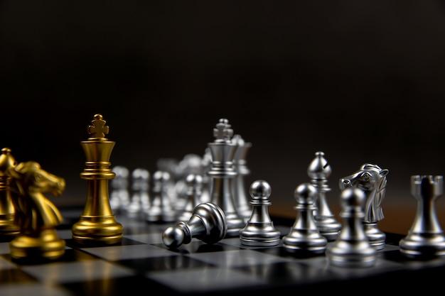 Ein könig schach vor der linie. konzept der führung und geschäft strategischer plan.