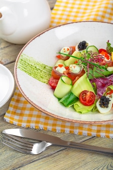 Ein köstlicher räucherlachs mit salat