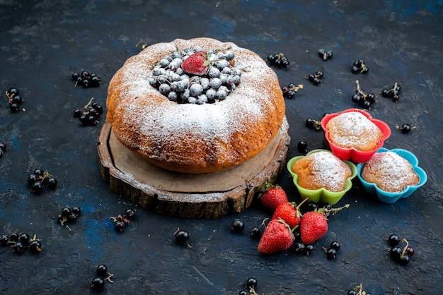 Ein köstlicher und runder obstkuchen von vorne mit frischem blau, beeren auf dunklem, süßem zucker aus kuchenkeks