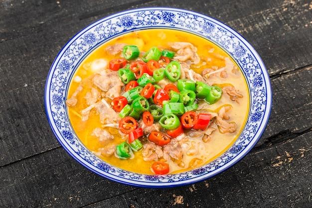 Ein köstliches chinesisches kantonesisches gericht mit rindfleisch in goldener suppe