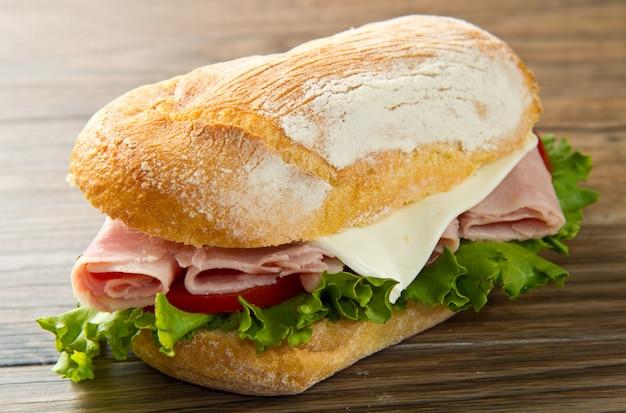 Ein köstliches sandwich mit schinken und salat