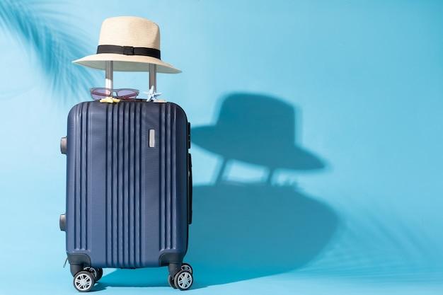 Ein koffer wird auf einen blauen hintergrund gestellt