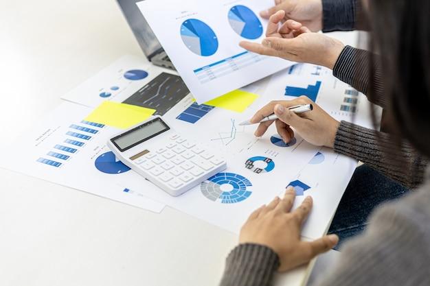 Ein konferenzraum, in dem führungskräfte und vermarkter verkaufsdokumente betrachten, um marketing zu analysieren, marketing zu planen und verkaufsaktionen durchzuführen, sie sind ein brainstorming. vertriebsmanagementkonzept.
