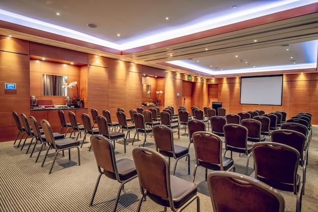 Ein konferenzraum. konferenzraum mit schönen möbeln und abgehängter decke