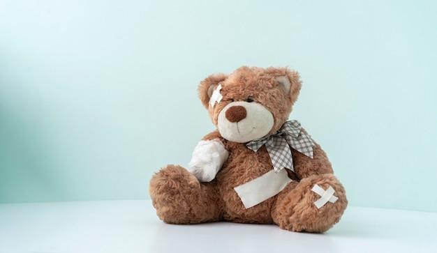 Ein konzept von schmerz- und krankheitsproblemen, teddybär-spielzeug in verband gewickelt, unfallverletzung accident