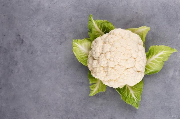 Ein kopf frischer blumenkohl. gesunde ernährung und vegetarismus