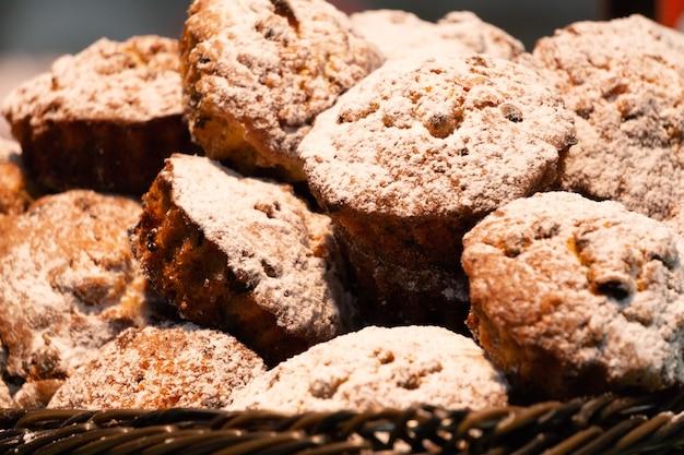 Ein korb mit kleinen rosinenkuchen in der bäckerei