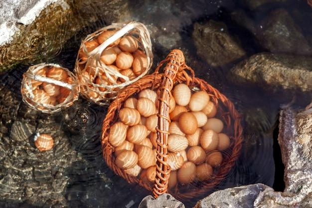 Ein korb von eiern für touristen, die in mineral- und natürlichem heißem wasser am chae son nationalpark, lampang, thailand gekocht werden.