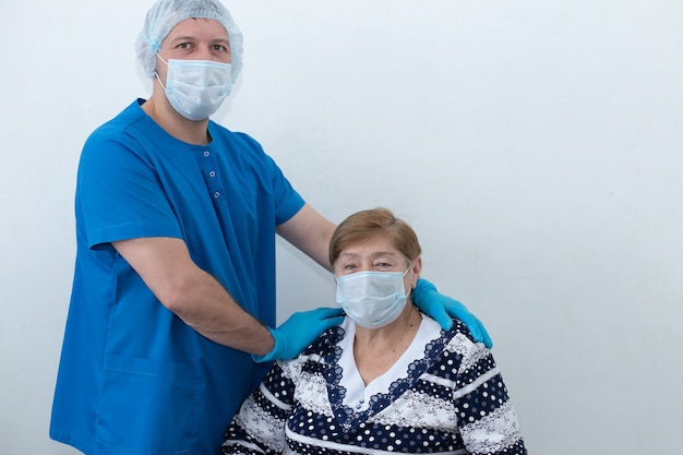 Ein krankenpfleger mit einem älteren patienten auf der station