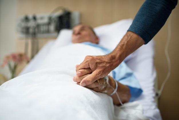 Ein kranker älterer patient, der in einem krankenhaus bleibt