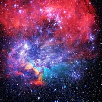 Ein kreativer abstrakter galaxienhimmel der surrealen wissenschaft mit vielen sternen, farbstaubelementen dieses bildes, das von der nasa eingerichtet wird