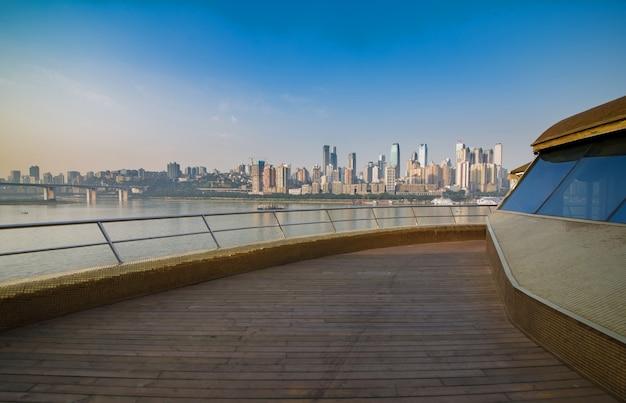 Ein kreuzfahrtschiff in der jangtse-fluss in chongqing