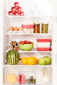 Ein kühlschrank voller gesunder produkte